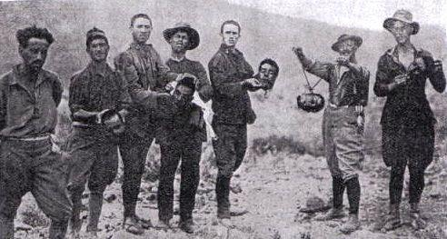 Fransa'nın Cezayir soykırımı.. Medeni diye gösterilen Batı aslında katilin ta kendisidir.. Çünkü, şatolarını KAN üzerine kurmuşlardır..