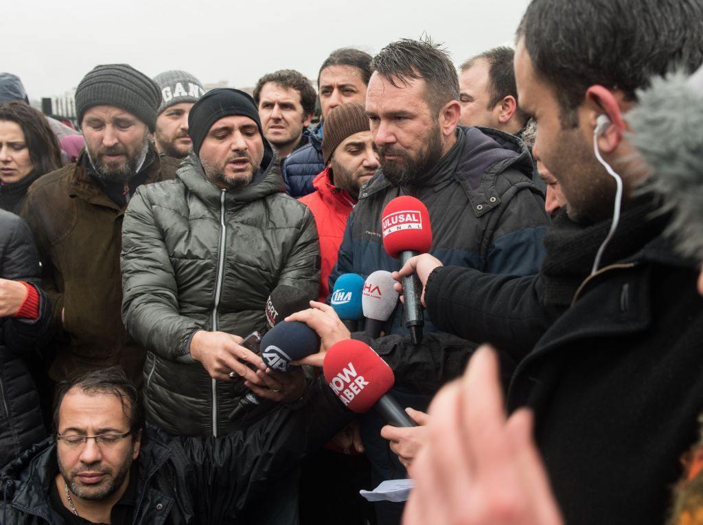 Bravo muhabirlere! İstanbul'da görev yapan muhabir, kameraman ve foto muhabirleri Şehitler Tepesi'ne yürüyüp, terörü protesto etti