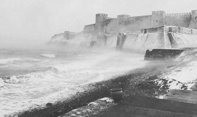 Bozcaada kartpostala döndü.. Fırtına, kar, kale, dalgalar.. Gel de şair olma…