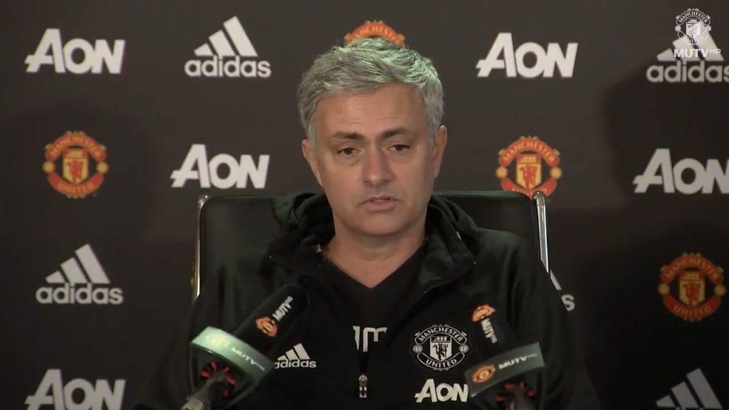Mourinho'nun basın toplantısında bir gazetecinin telefonu çaldı. O da telefonu açtı